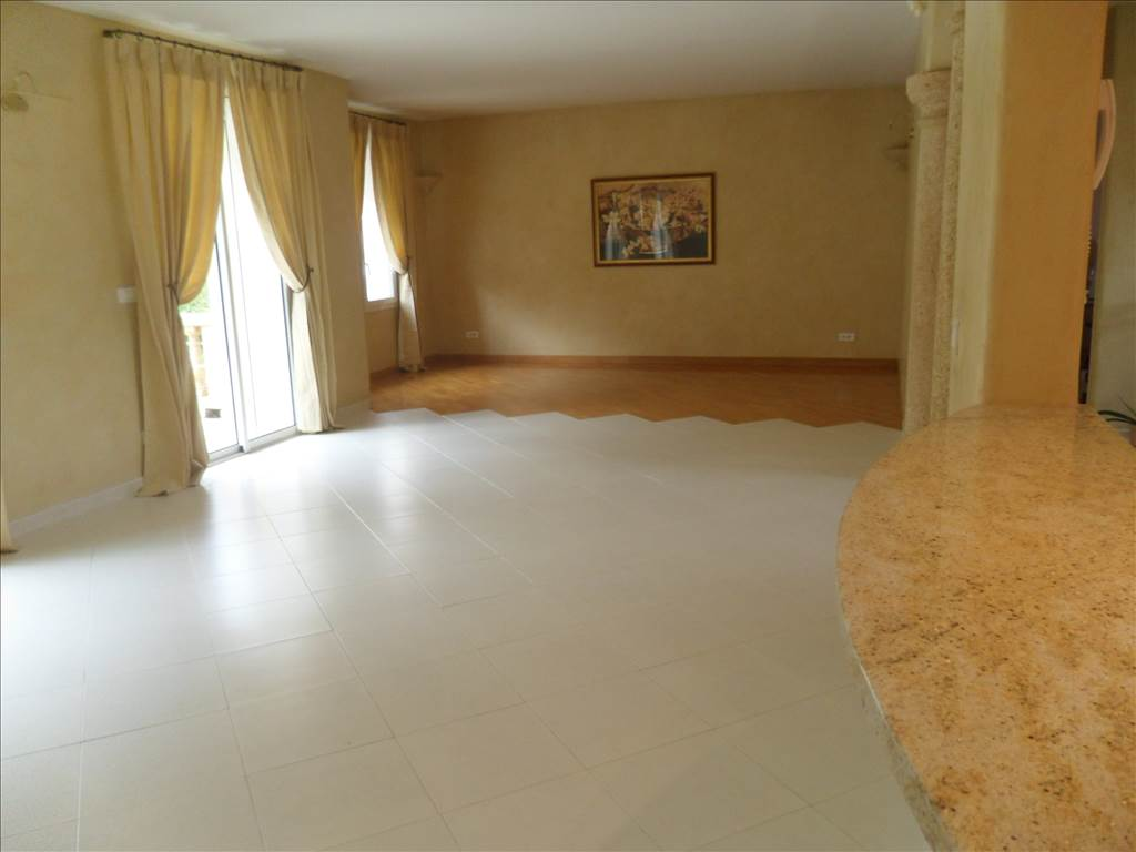 Vente villa T5 180 m² habitables avec jardin et piscine centre pelissane