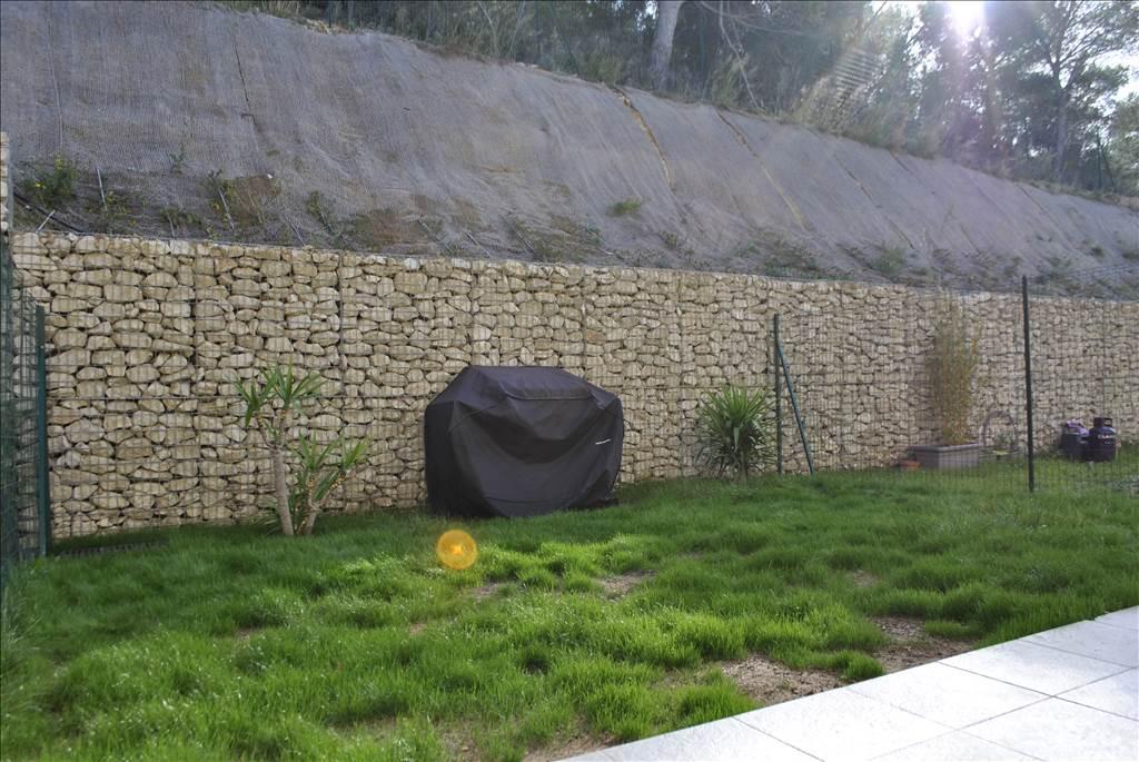 Joli jardinet exposé plein sud donnant sur les collines du Rove